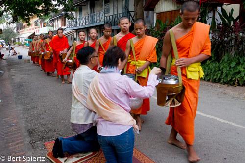 Laos Luang Prabang, alms procession